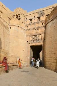 Stora entrén, i tvär vinkel för att försvåra invation