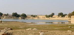 Badställen med tempel på andra sidan sjön