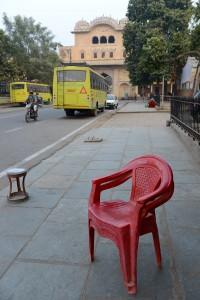 Röd stol i skär stad, Jaipur