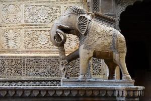 Elefant i marmor, och se stenarbetet i bakgrunden