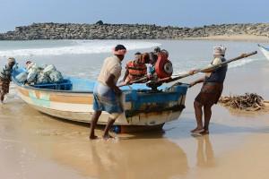 Båten skall upp, alla hjälps åt