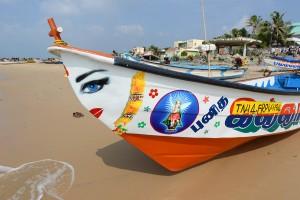 Båt med dekorationer, hinduisk gud på en sida och helgon på andra