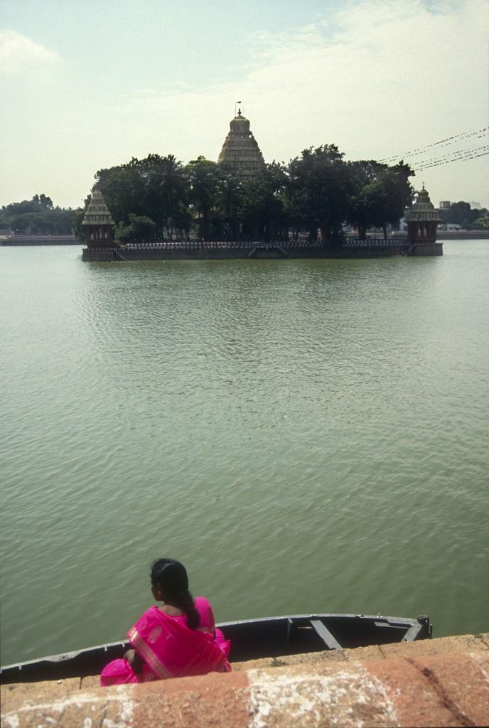 Damen vid dammen i Madurai